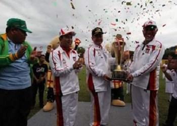 Wagub menyerahkan piala juara umum Porprov XIV kepada Walikota Padang. (humas)