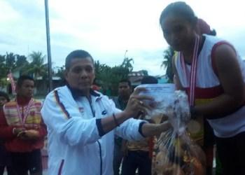 Tim dayung putri Kota Padang menerima medali hasil kerja kerasnya. (der)