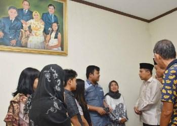 Walikota Padangpanjang, Hendri Arnis melayat ke rumah duka almarhum Asril Kasuma. (humas padangpanjang)