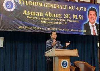 Menpan RB Asman Abnur memberikan kuliah umum di ITB, Bandung, Jumat (2/12). (Kemenpan RB)