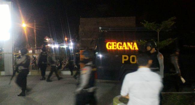 Situasi pengamanan bungkusan diduga berisi bom di RSI Ibnu Sina Padang, Sabtu (31/12) malam. (der)