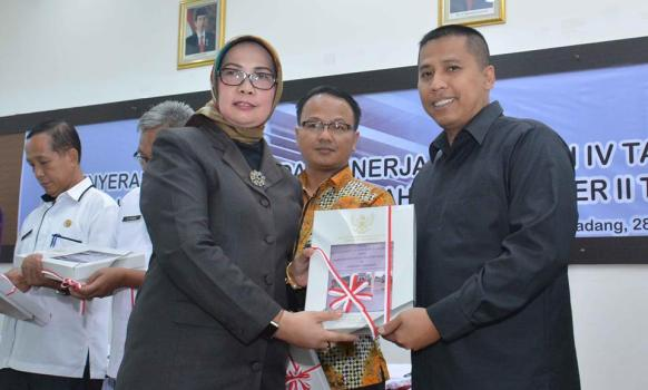 Walikota Padangpanjang menerima LHP triwulan IV dari Kepala BPK Ri Perwakilan Sumatera Barat, Kamis (29/12). (HUMAS)