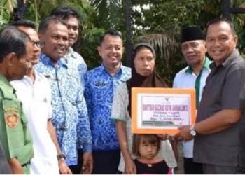 Wako Sawahlunto menyerahkan bantuan bagi korban kebakaran di  Dusun Ibus, Desa Salak, Kec. Talawi, Senin (5/12). (tumpak)