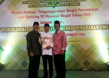 Bupati Agam bersama Kepala Kemenag Agam dan pengurus masjid Nurul Falah usai menerima penghargaan. (fajar)