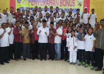 Walikota Padang bersama atlet Porprov. (*)