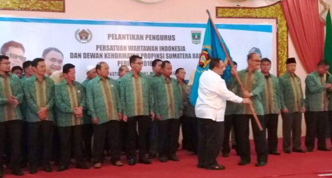 Ketum PWI Pusat Margiono menyerahkan Pataka kepada Heranof Firdaus sebagai tanda persemian pelantikan kepengurusan PWI Sumbar periode 2016-2021. (adt)