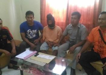 Tersangka pengedar narkotika yang merupakan residivis (baju orange) diamankan Satnarkotika POlres Agam, Kamis (11/1) dini hari. (fajar)