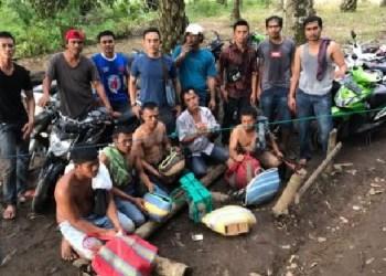 Lima warga (depan) yang kedapatan melakukan judi sabung ayam di Lubuk Tarok Jorong Pasar Bawan Nag. Bawan Kec. Ampek Nagari Kab. Agam, Jumat (13/1) sore. (fajar)