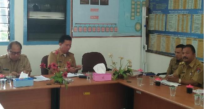 Asisten I Pemko Padang, Vidal Triza dan Camat Padang Barat saat rapat staf seluruh perangkat Kecamatan Padang Barat, Senin (30/1). (der)