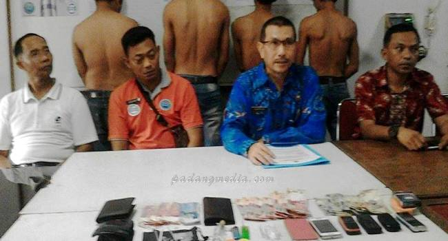 BNNK Sawahlunto ciduk enam orang pengguna narkoba jenis sabu, Jumat (17/2). (tumpak)