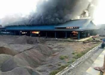 Kebakaran di pabrik sawit di Dharmasraya. (eko)
