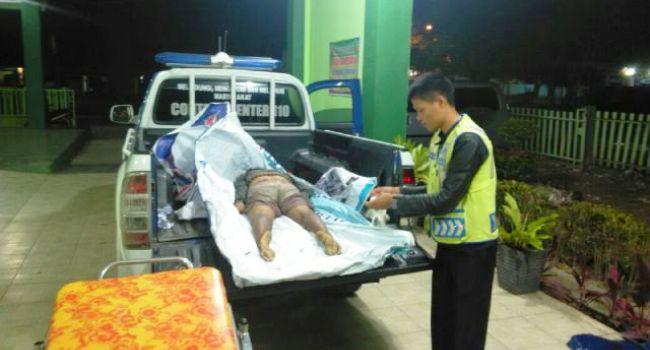 Petugas unit Lakalantas Polres Agam mengevakuasi jazad perempuan tanpa identitas yang tewas tertabrak sepeda motor, Kamis (16/3) dinihari. (fajar)