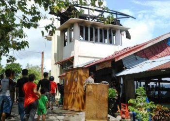 Mess atlet paralayang milik Pemkab Pesisir Selatan terbakar, Minggu (19/3). (fahmi)