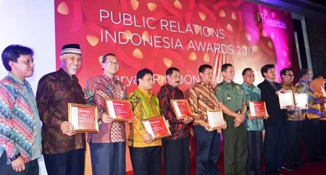 Walikota Padang Mahyeldi foto bersama dengan sejumlah penerima penghargaan PRIA Award 2017, Sabtu (24/3) sore. (ist)