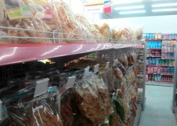 Produk makanan olahan pruduksi pelaku usaha kecil lokal berjejer di rak pajangan Minang Mart G Sport Center Gunung Pangilun. (febry)