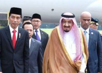 Presiden RI Joko Widodo memberikan sambutan langsung kepada Raja Arab Saudi Salman Bin Abdul Aziz di Bandara Halim Perdanakusuma, Rabu (1/3). (Humas Set.Presiden)