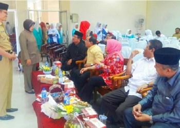 Camat Padang Utara Editiawarman di hadapan tim penilai kompetensi camat Kota Padang. (der)