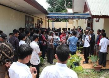Unjuk rasa warga ke DPRD Kab.Kepulauan Mentawai, Jumat (17/3). (ers)