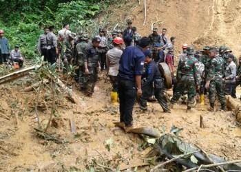 Proses evakuasi korban longsor di Kab.50 Kota. (foto: humas bnbp)