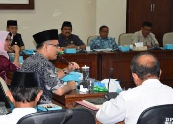 Komisi II menggelar rapat kerja dengan dinas terkait dan pemerintah kabupaten/ kota membahas SE Gubernur Sumbar tentang Dukungan Gerakan Percepatan Tanam Padi, Jumat (17/3). (febry)