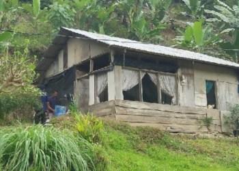 Rumah warga miskin di kaki bukit di Bungus Teluk Kabung. (der)