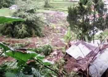 Sebuah rumah dan sekitar 1,5 hektare lahan di Matur tertimbun longsor, Jumat (28/4). (fajar)