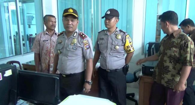 Petugas kepolisian Sektor Koto Tangah tengah melakukan penyelidikan di kantor camat Koto Tangah yang dibobol maling Jumat dinihari (21/4). (dio)