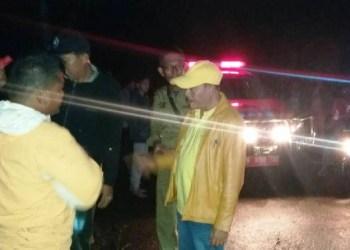 Proses evakuasi mobil damkar Tanah Datar yang masuk jurang, Selasa (25/4) malam. (humas)