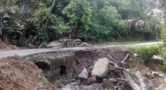 Salah satu jalan rusak di Jorong Piladang, Palembayan, Kab.Agam. (fajar)