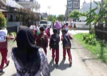 Dipandu para guru, ratusan murid SD menuju shelter evakuasi dalam simulasi bencana gempa simulasi di Padang, Rabu (26/4). (dio)