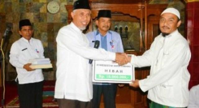 Walikota Padang menyerahkan bantuan kepada pengurus Masjid Al Kautsar, Bandar Buat. (foto: humas)