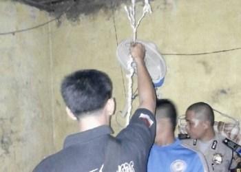 Petugas kepolisian menurunkan korban gantung diri di Kamang Baru, Sijunjung. (ek)
