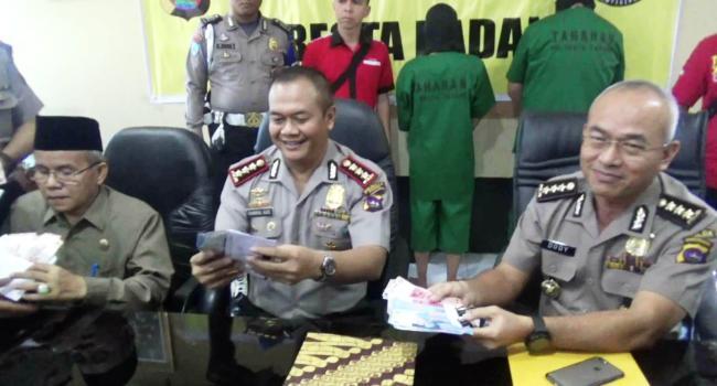 Kapolresta Padang Kombes Chairul Aziz memperlihatkan barang bukti uang tunai dalam kasus OTT oknum kepala dan wakil kepala MTsN Model Gunung Pangilun Padang, Selasa (13/6). (dio)