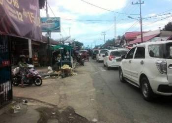 Arus lalulintas di depan Pasar Tarusan tersendat karena hari pasar. Antrian kendaraan mencapai 1 kilometer dari arah Padang menuju Painan. (febry)