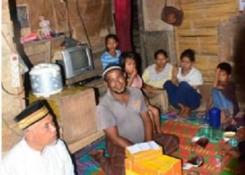 Walikota bersama tim singgah sahur di rumah milik Suardi di Anak Aia. (der)