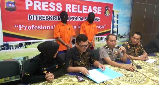 Direktur Reskrimum Polda Sumbar Kombes Pol Edri Adrimulan Chaniago tengah memberikan keterangan terkait kasus pencabulan dan aborsi kepada wartawan, Jumat (14/7). (dio)