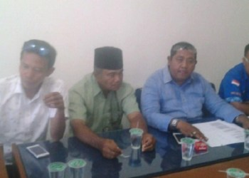 Yusack David didampingi anggota tim sembilan Partai Demokrat Padang. (baim)