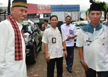 Walikota Padang Mahyeldi Ansharullah disambut Camat Padang Barat Arfian saat menghadiri Halal Bi Halal di kantor camat setempat. (der)
