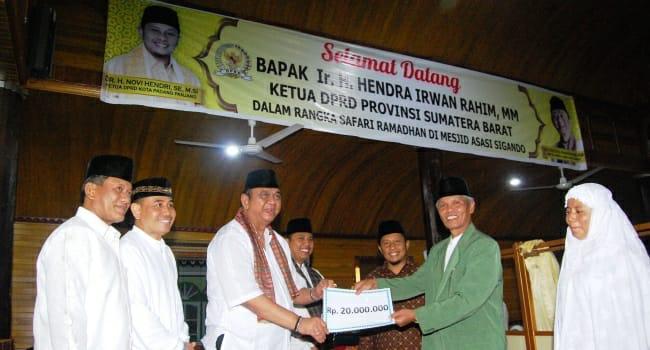Ketua DPRD Sumbar Hendra Irwan Rahim menyerahkan bantuan. (*)