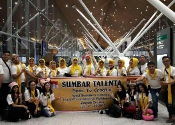Rombongan Sumbar Talenta saat transit di Kuala Lumpur International Airport. (dok. Sumbar Talenta Organization)