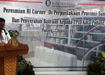 Deputi Gubernur Senior Bank Indonesia Mirsa Adityaswara meresmikan BI Corner di Perpustakaan Sumbar, Senin (7/8). (febry)