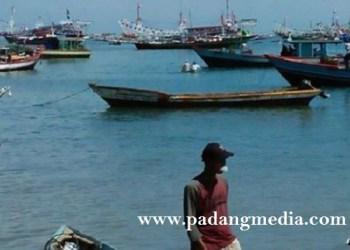 Nelayan di perairan Tiku, Kab.Agam. (fajar)