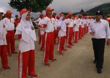 Walikota Padangpanjang, Hendri Arnis memantau anggota Paskibra saat latihan terakhir menjelang hari H. (foto:  humas)