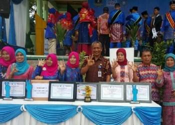 Sejumlah kader BKR, UPPKS dan KB lestari Kota Padangpanjang yang meraih prestasi di tingkat nasional dan provinsi Sumbar. (foto: humas Pemko Padangpanjang)