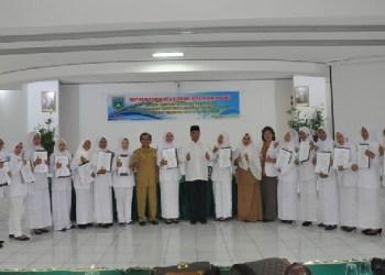 Walikota Padangpanjang Hendri Arnis usai menyerahkan SK CPNS bidan daerah itu. (foto: humas)