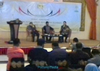 Debat kandidat Calon Ketua Umum BPD HIPMI Sumbar, Minggu (24/9). (febry)