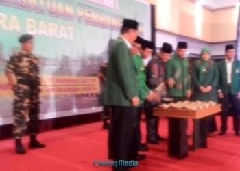 Ketua DPP PPP Romahurmiziy didampingi Ketua DPW PPP Sumbar Hariadi disaksikan Wagub Sumbar Nasrul Abit dan Wawako Padang Emzalmi membuka Mukerwil I PPP Sumbar, Sabtu (16/9). (febry)