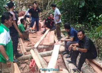 Barang bukti kayu bekas ditebang di kawasan hutan Jorong Labuah Muko Muko. (fajar)