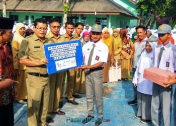 Aksi Siswa SMAN 2 Lubuk Basung Peduli Muslim Rohingya berhasil himpun dana bantuan hampir Rp13 juta. (fajar)