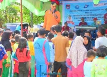 Walikota Padang Mahyeldi Ansharullah menyerahkan duplikat Adipura menandai launching Gerkasih Kecamatan Bungus Teluk Kabung. (der)